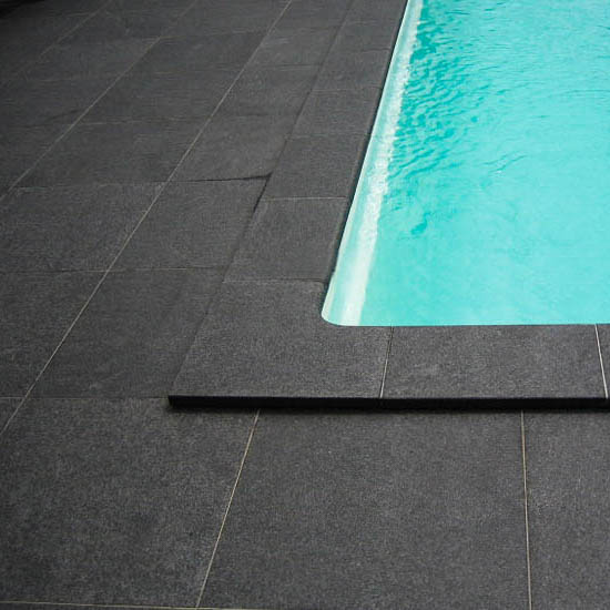 zwembadrand natuursteen zwart