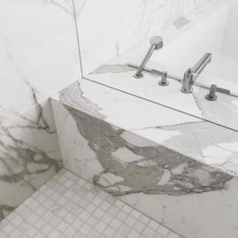 bad badkamer natuursteen wit patronen
