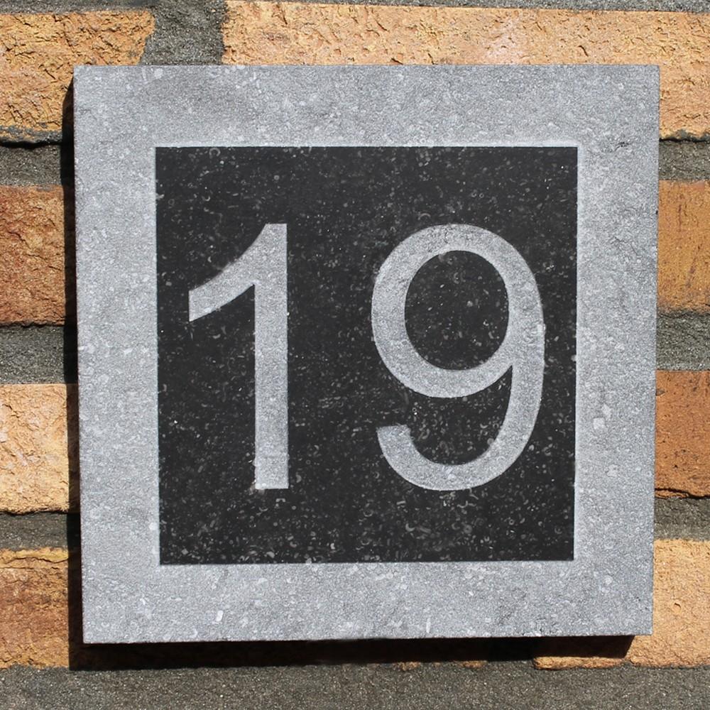huisnummer natuursteen lichtgrijs grijs