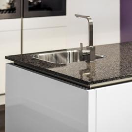 graniet aanrechtblad in de keuken schoot natuursteen